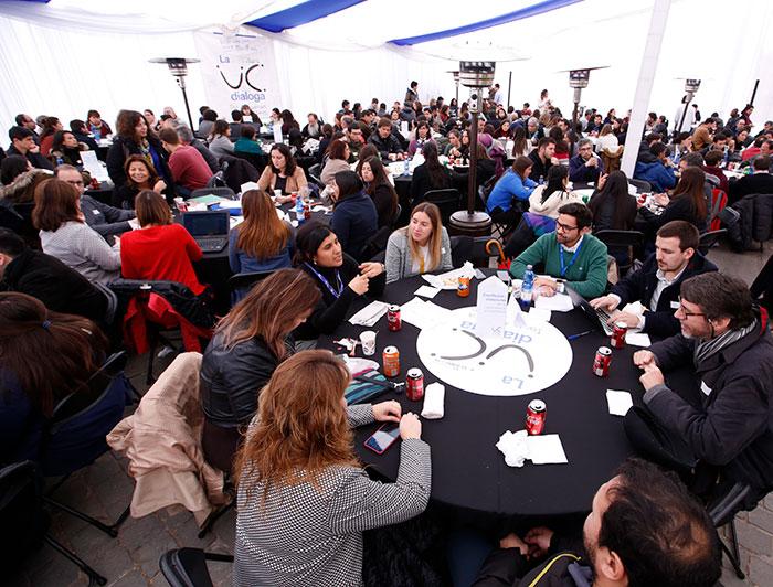 La UC Dialoga busca sentar en una misma mesa a estudiantes, profesores, administrativos, profesionales y exalumnos, constituyéndose en la instancia transversal de diálogo más importante de la universidad. (Fotografía: La UC Dialoga 2019/César Cortés)